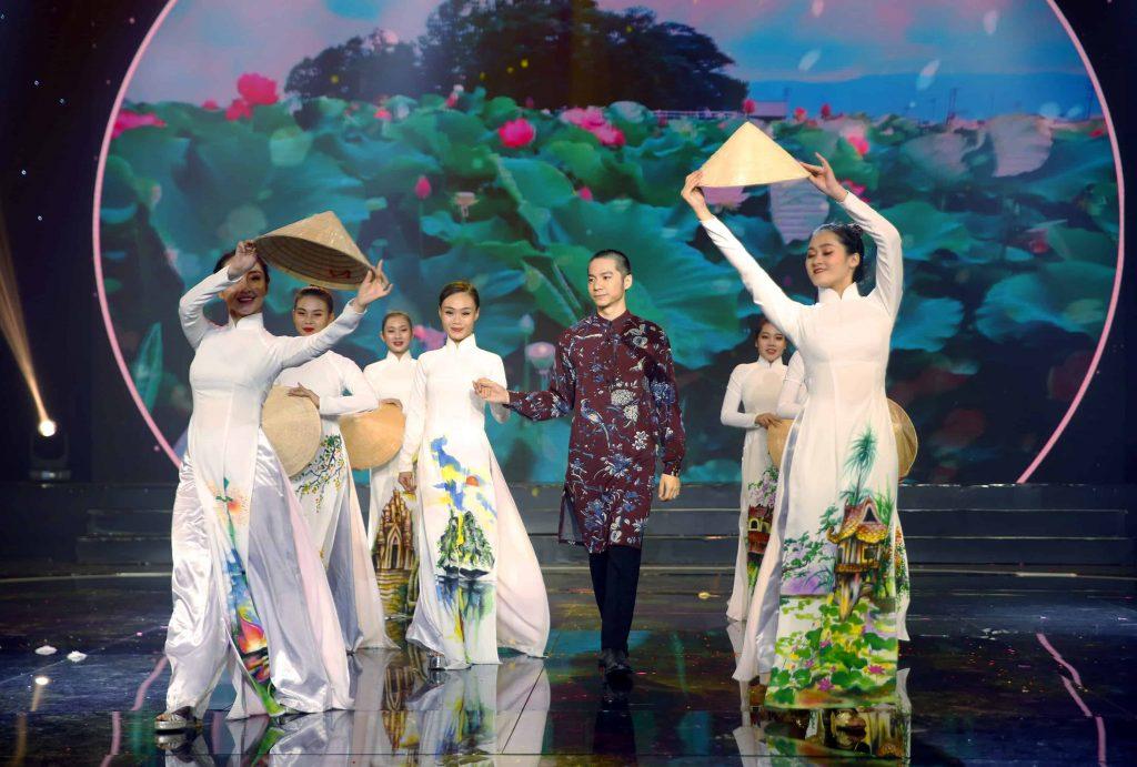 Ảo thuật gia Alex biểu diễn ảo thuật với tà áo dài truyền thống và nón lá Việt Nam