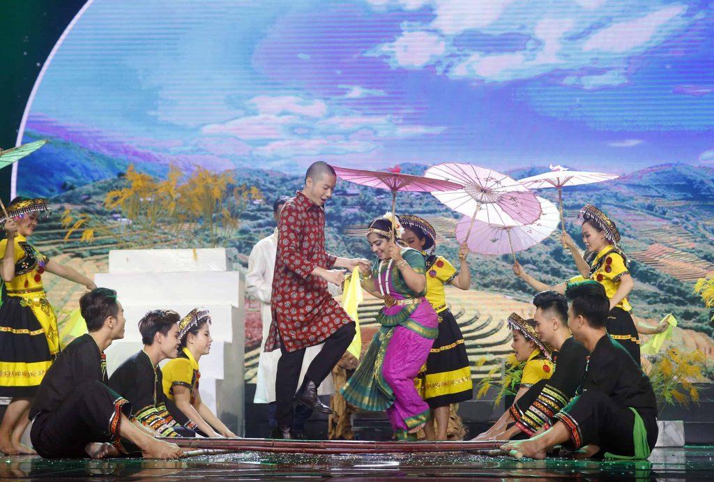 Ảo thuật gia Alex ảo thuật với nét văn hoá đặc trưng của Việt Nam
