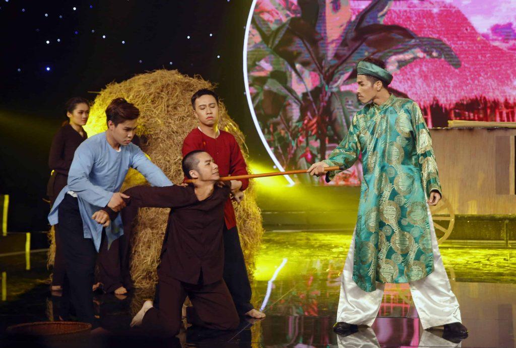 Ảo thuật gia Alex Nguyễn biểu diễn ảo thuật mang đậm chất mộc mạc của làng quê